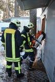 Η ομάδα διάσωσης ανοίγει την παρεμποδισμένη πόρτα στοκ φωτογραφία με δικαίωμα ελεύθερης χρήσης