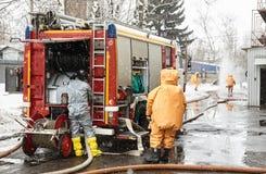 Η ομάδα διάσωσης αφήνει μια ζώνη μόλυνσης στοκ εικόνα με δικαίωμα ελεύθερης χρήσης