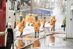 Η ομάδα διάσωσης αφήνει μια ζώνη μόλυνσης στοκ φωτογραφία με δικαίωμα ελεύθερης χρήσης