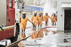 Η ομάδα διάσωσης αφήνει μια ζώνη μόλυνσης στοκ φωτογραφίες