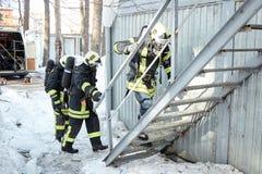 Η ομάδα διάσωσης μπαίνει σε το καίγοντας δωμάτιο στοκ εικόνα με δικαίωμα ελεύθερης χρήσης