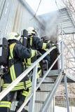 Η ομάδα διάσωσης μπαίνει σε το καίγοντας δωμάτιο στοκ φωτογραφία με δικαίωμα ελεύθερης χρήσης