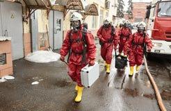 Η ομάδα διάσωσης πηγαίνει σε μια ζώνη μόλυνσης στοκ εικόνες