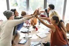 Η ομάδα ενώνει το χέρι τους στοκ φωτογραφία