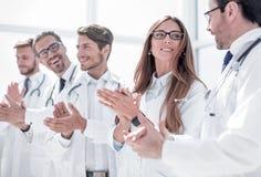 Η ομάδα επιτυχών γιατρών επιδοκιμάζει στοκ φωτογραφίες