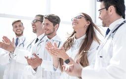 Η ομάδα επιτυχών γιατρών επιδοκιμάζει στοκ φωτογραφία με δικαίωμα ελεύθερης χρήσης