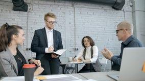 Η ομάδα εργασίας συζητά και 'brainstorming' στη διάσκεψη απόθεμα βίντεο