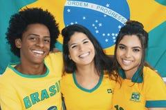 Η ομάδα ευτυχών βραζιλιάνων ανεμιστήρων ποδοσφαίρου εκλεκτής ποιότητας σε αναδρομικό κοιτάζει στοκ εικόνα με δικαίωμα ελεύθερης χρήσης