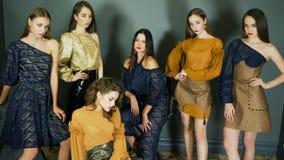 Η ομάδα θηλυκών προτύπων με το κομψό makeup παρουσιάζει νέα συλλογή των ενδυμάτων στο βλαστό φωτογραφιών απόθεμα βίντεο