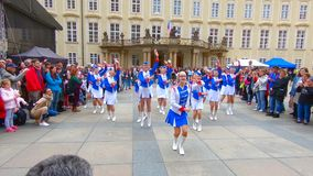 Η ομάδα κοριτσιών νεολαίας στα φωτεινά ενδύματα κάνει μια παρουσίαση στο Κάστρο της Πράγας στην Πράγα απόθεμα βίντεο