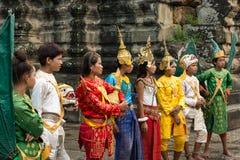 Η ομάδα νέων έντυσε στα παραδοσιακά καμποτζιανά ενδύματα ι Στοκ φωτογραφίες με δικαίωμα ελεύθερης χρήσης