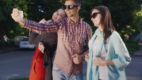 Η ομάδα νέων γυαλιών ηλίου hipster κάνει selfie απόθεμα βίντεο