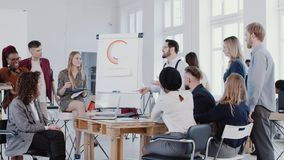 Η ομάδα νέων επιχειρηματιών ακούει το νέο προϊστάμενο που μιλά στη σύγχρονη ελαφριά συνεδρίαση των γραφείων σοφιτών, σε αργή κίνη απόθεμα βίντεο