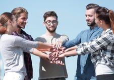 Η ομάδα νέων παρουσιάζει ενότητά τους Στοκ Εικόνες