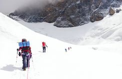 Η ομάδα ορειβατών φθάνει στην κορυφή της αιχμής βουνών Αναρρίχηση και στοκ φωτογραφίες