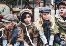 Η ομάδα παιδιών έντυσε στο βικτοριανό ύφος κατά τη διάρκεια του Dickens στοκ φωτογραφίες