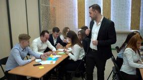 Η ομάδα σπουδαστών σε μια τάξη, που ακούει ως δάσκαλός τους κρατά μια διάλεξη 4 Κ απόθεμα βίντεο