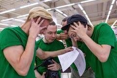 Η ομάδα συγκλονίζεται από το χειρόγραφο, διαβάζοντας τα έγγραφα backstabber στοκ φωτογραφία με δικαίωμα ελεύθερης χρήσης