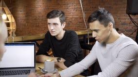 Η ομάδα σχεδιαστών συζητά το πρόγραμμά τους στο σύγχρονο καφέ φιλμ μικρού μήκους