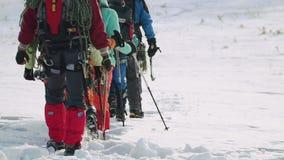 Η ομάδα ταξιδιού περνά από το χιόνι σε μια γραμμή αφήνοντας τα βαθιά ίχνη στο χιόνι απόθεμα βίντεο