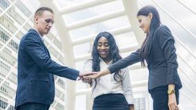 Η ομάδα της συζήτησης επιχειρηματιών και ενώνει παραδίδει το καλό συναίσθημα στο OU Στοκ Εικόνα