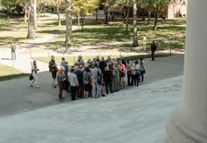 Η ομάδα τουριστών που βλέπουν μουσκεύει της κύριας βιβλιοθήκης, Πανεπιστήμιο του Χάρβαρντ, ΗΠΑ Στοκ Φωτογραφίες
