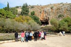Η ομάδα τουριστών στην επιφύλαξη φύσης ρευμάτων Hermon σε βόρειο είναι στοκ εικόνες