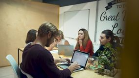 Η ομάδα των νέων επιτυχών επιχειρηματιών απασχολείται σε ένα νέο ξεκίνημα και συζητά τις νέες ιδέες στην αίθουσα συνεδριάσεων των απόθεμα βίντεο
