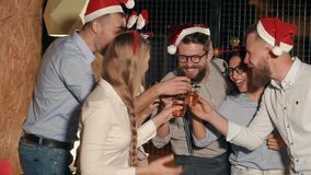 Η ομάδα φίλων γιορτάζει τα Χριστούγεννα στην αρχή, το ρητό της φρυγανιάς και την κατανάλωση απόθεμα βίντεο
