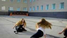 Η ομάδα χορού τακτοποίησε μια απόδοση στην οδό Τα νέα κορίτσια εκτελούν το συναισθηματικό χορό απόθεμα βίντεο