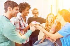 Η ομάδα Coworking ξεκινήματος πετυχαίνει με τον καφέ Στοκ φωτογραφία με δικαίωμα ελεύθερης χρήσης