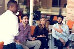Η ομάδα freelancers εργάζεται στο νέο πρόγραμμα σχεδίου στο σύγχρονο coworking διάστημα στοκ φωτογραφία με δικαίωμα ελεύθερης χρήσης