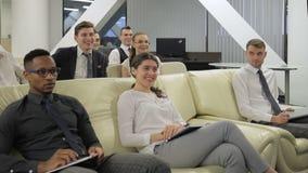 Η ομάδα Multiethnical businesspeople συμμετέχει στην επαγγελματική κατάρτιση φιλμ μικρού μήκους