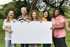 Η ομάδα γυναικών κοινωνικοποιεί την έννοια ευτυχίας ομαδικής εργασίας στοκ εικόνα