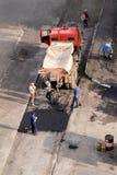 Η ομάδα επισκευής αποκαθιστά το πεζοδρόμιο Στοκ Φωτογραφία