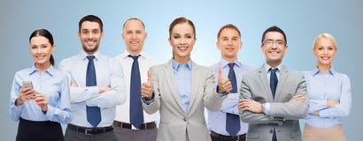 Η ομάδα ευτυχούς παρουσίασης businesspeople φυλλομετρεί επάνω Στοκ εικόνα με δικαίωμα ελεύθερης χρήσης