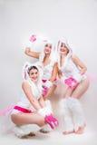 Η ομάδα ευτυχών κοριτσιών έντυσε στα κοστούμια κουνελιών Στοκ Εικόνες