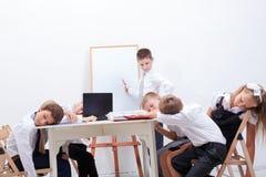 Η ομάδα εφήβων που κάθονται σε μια επιχείρηση Στοκ εικόνες με δικαίωμα ελεύθερης χρήσης