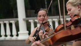 Η ομάδα θηλυκών βιολιστών παίζει μια μελωδία στην οδό απόθεμα βίντεο