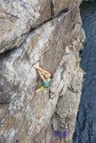 Η ομάδα θηλυκών ορειβατών βράχου κάνει και ανάβαση επάνω Στοκ Φωτογραφία