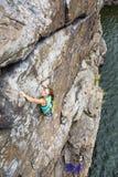 Η ομάδα θηλυκών ορειβατών βράχου κάνει και ανάβαση επάνω Στοκ Φωτογραφίες
