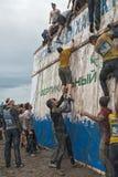 Η ομάδα μαίνεται το μεγάλο τοίχο στη φυλή extrim Tyumen Ρωσία Στοκ εικόνα με δικαίωμα ελεύθερης χρήσης