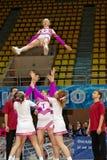 Η ομάδα μαζορετών κοριτσιών εκτελεί το acrobatics Στοκ εικόνες με δικαίωμα ελεύθερης χρήσης