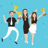 Η ομάδα νικητών επιτυχίας παίρνει το βραβείο που τρία βραβείων άνθρωποι γιορτάζουν τη νίκη τροπαίων Στοκ φωτογραφίες με δικαίωμα ελεύθερης χρήσης