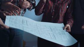 Η ομάδα σχεδιαστών που συζητούν τα σχεδιαγράμματα απόθεμα βίντεο