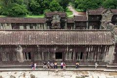 Η ομάδα τουριστών που στηρίζονται στο ναό Angkor Wat Στοκ φωτογραφία με δικαίωμα ελεύθερης χρήσης