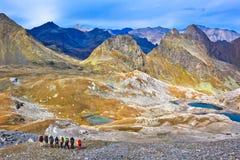 Η ομάδα τουριστών στα βουνά Καύκασου Στοκ Εικόνες