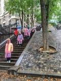 Η ομάδα τουριστών στα ζωηρόχρωμα αδιάβροχα κατεβαίνει τα υπαίθρια σκαλοπάτια κοντά funicular Montmartre Στοκ φωτογραφίες με δικαίωμα ελεύθερης χρήσης