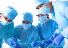 Η ομάδα του χειρούργου σε ομοιόμορφο εκτελεί τη λειτουργία σε έναν ασθενή στην καρδιακή κλινική χειρουργικών επεμβάσεων Στοκ εικόνα με δικαίωμα ελεύθερης χρήσης