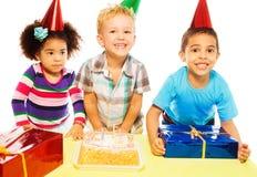 Η κατανάλωση του κέικ και η λήψη παρουσιάζουν Στοκ Φωτογραφίες